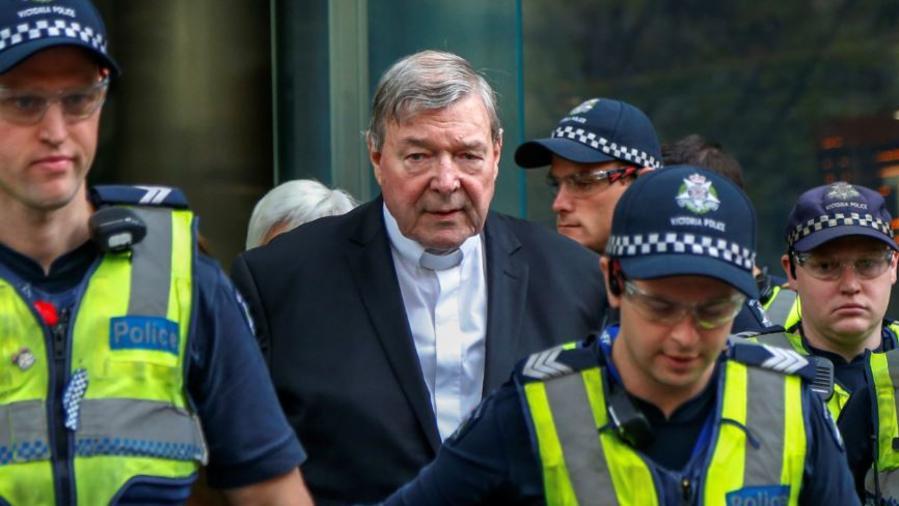 El cardenal George Pell abandona este miércoles una corte en Melbourne, Australia.