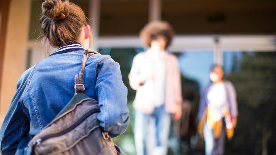 Jóvenes entrando a la universidad