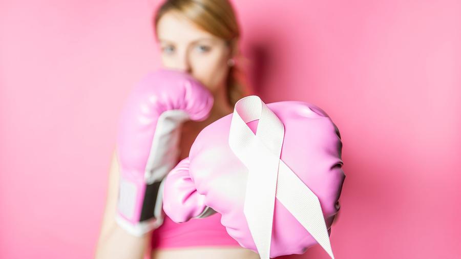 Mujer lucha contra el cáncer de seno