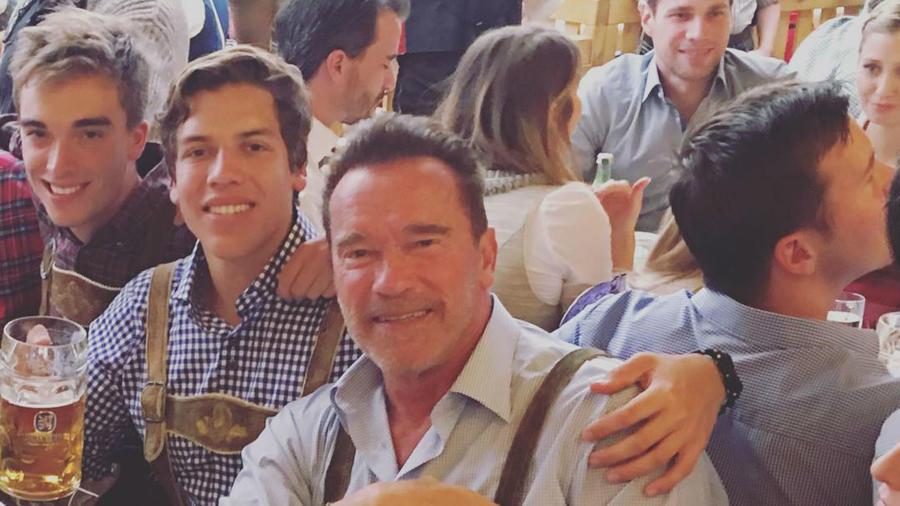 Arnold Schwarzenegger con su hijo Joseph Baena