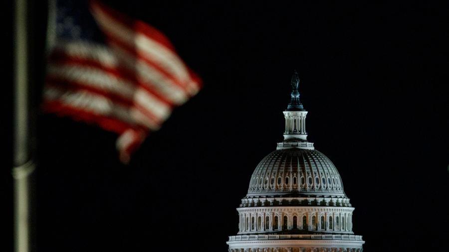 El Capitolio de EEUU con una bandera a media hasta en una imagen de archivo