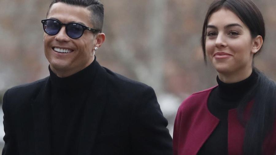 El exjugador del Real Madrid, Cristiano Ronaldo, junto a su pareja Georgina Rodríguez, este martes en la Audiencia Provincial de Madrid.