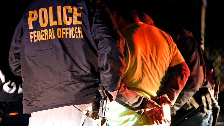 Un inmigrante siendo detenido en Virginia en una imagan de archivo