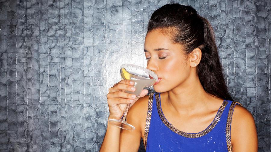 Mujer tomando una copa de Margarita.