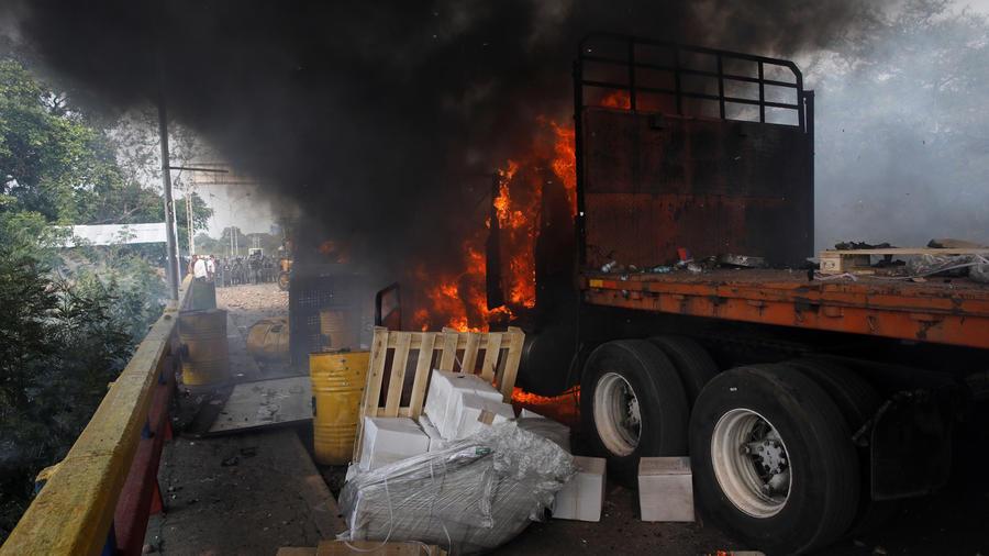 Un camión con ayuda humanitaria para Venezuela ardiendo