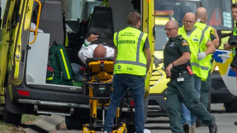Un herido en la masacre en Nueva Zelanda hoy siendo trasladado a una ambulancia
