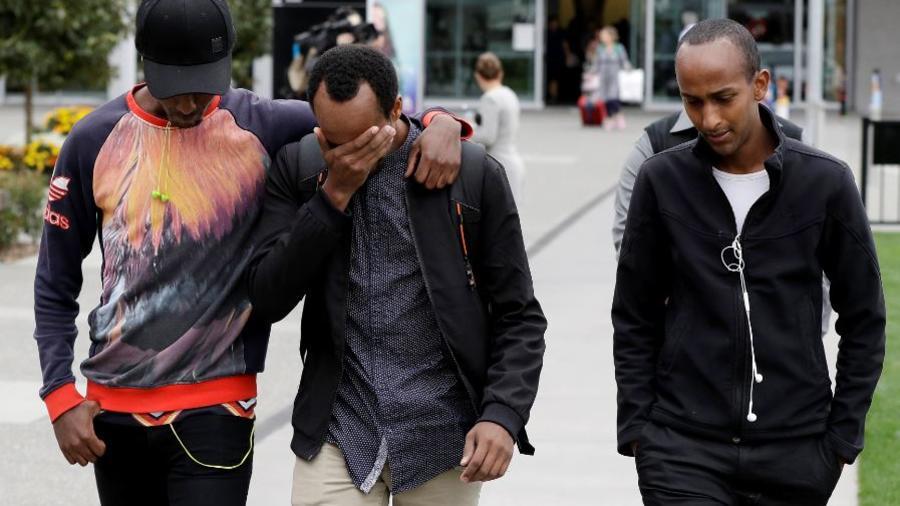 Abdifatah Ibrahim (centro) y su hermano Abdi, a la derecha, caminan con un amigo no identificado en Christchurch, Nueva Zelanda, el domingo 17 de marzo de 2019. Abdifatah y Abdi son los hermanos mayores de Mucaad, el pequeño tres años fallecido.