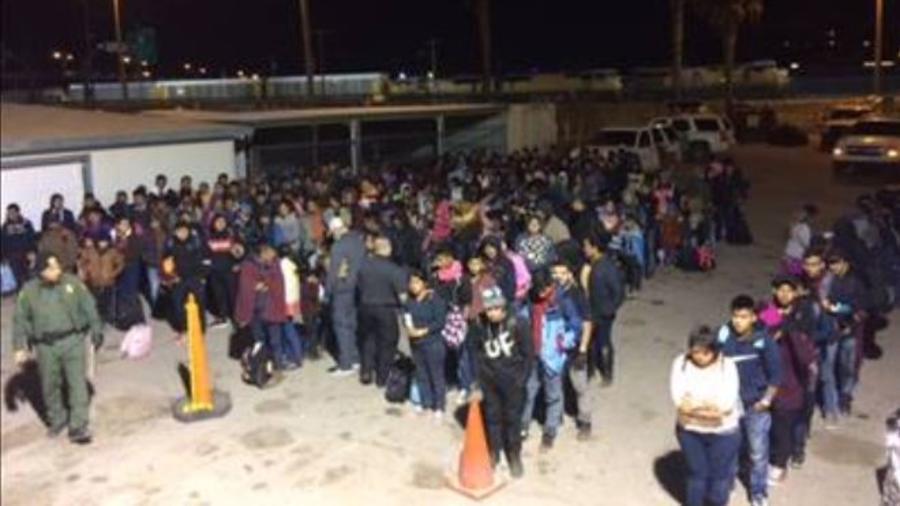 Una imagen del grupo de más de 400 migrantes detenidos por la Patrulla Fronteriza el pasado lunes.
