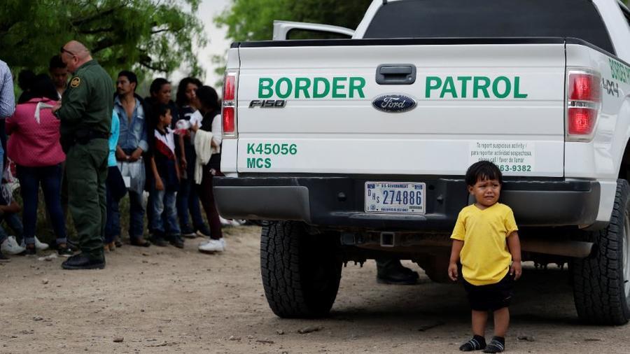 Menor migrante, de 2 años, que viaja con sus padres, junto a otras familias tras cruzar la frontera entre EE. UU. y México, cerca de McAllen, Texas.
