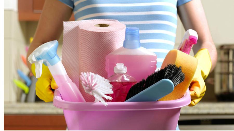 Contenedor rosa con productos de limpieza