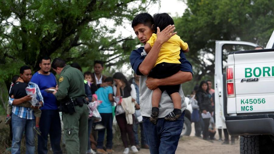 El migrante José Fermín González Cruz y su hijo, William Josué Gonzales García, de 2 años, tras cruzar la frontera entre EE. UU. y México cerca de McAllen, Texas.