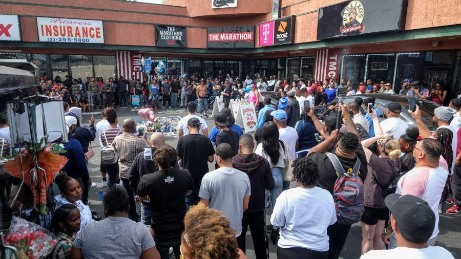 Fans del rapero Nipsey Hussle este lunes en el estacionamiento donde fue asesinado a tiros frente a su tienda de ropa, Marathon Clothing en Los Ángeles.