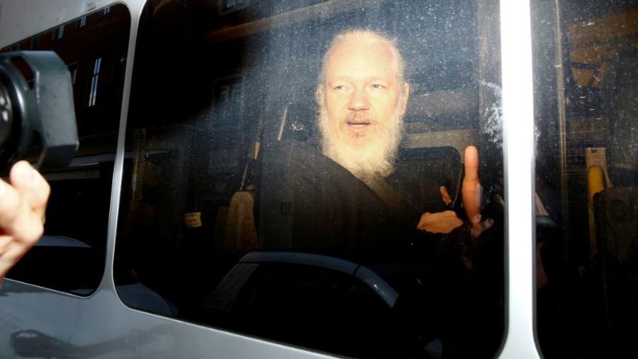 El fundador de WikiLeaks, Julian Assange, en una camioneta de la policía tras su arresto este jueves en la embajada de Ecuador en Londres.