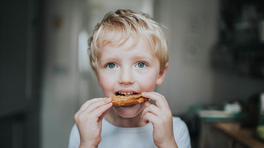 Algunos bebés pueden comer alimentos con maní desde los 6 meses.