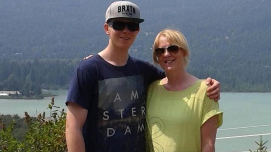 Un joven encarga a su madre de propagar las razones de su suicidio.