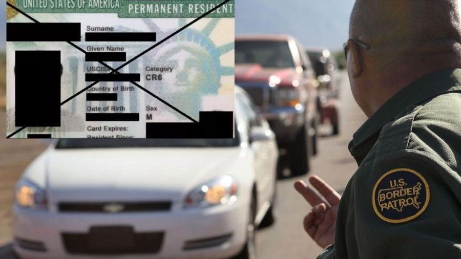 Oficial revisando en la frontera de EEUU- México