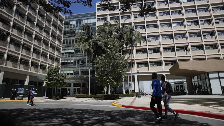 Fotografía de archivo de los dormitorios de la Universidad de California en Los Ángeles