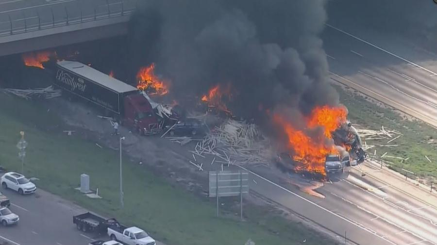 El incidente provocó un aparatoso incendio que dañó un puente y llevó al cierre de la Interestatal 70 en el área de Denver.