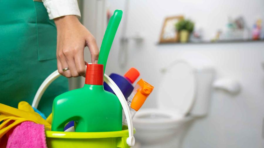 Mujer limpiando baño