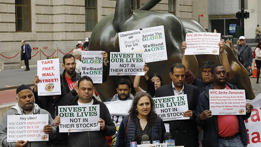 Conductores de Uber protestan en la ciudad de Nueva York, cerca del distrito financiero.
