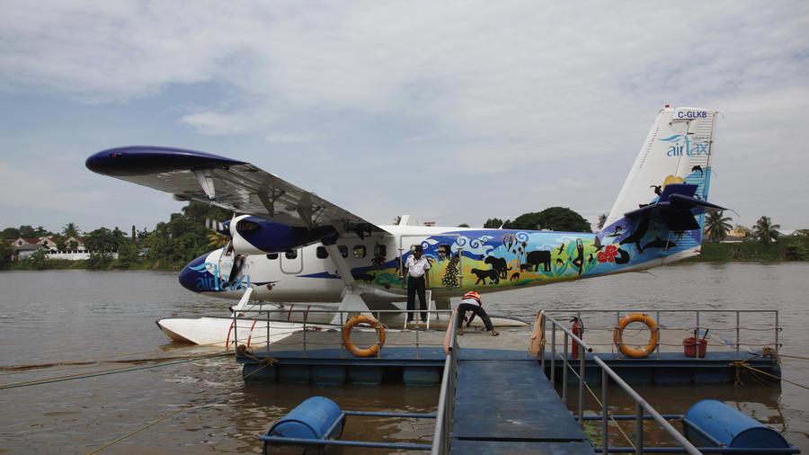 Fotografía de archivo de un avión flotante