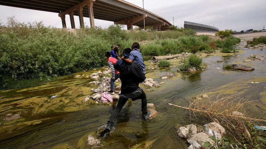 Migrantes cruzan el río Bravo en la frontera entre Ciudad Juárez, México y El Paso, Texas, el 7 de mayo de 2019.