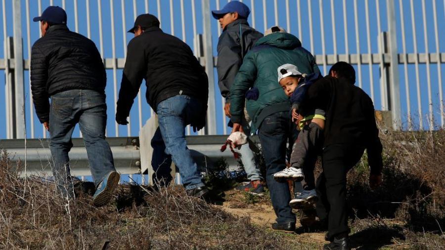 Migrantes hondureños el pasado diciembre tras escalar el muro fronterizo de Estados Unidos desde Playas de Tijuana, México.