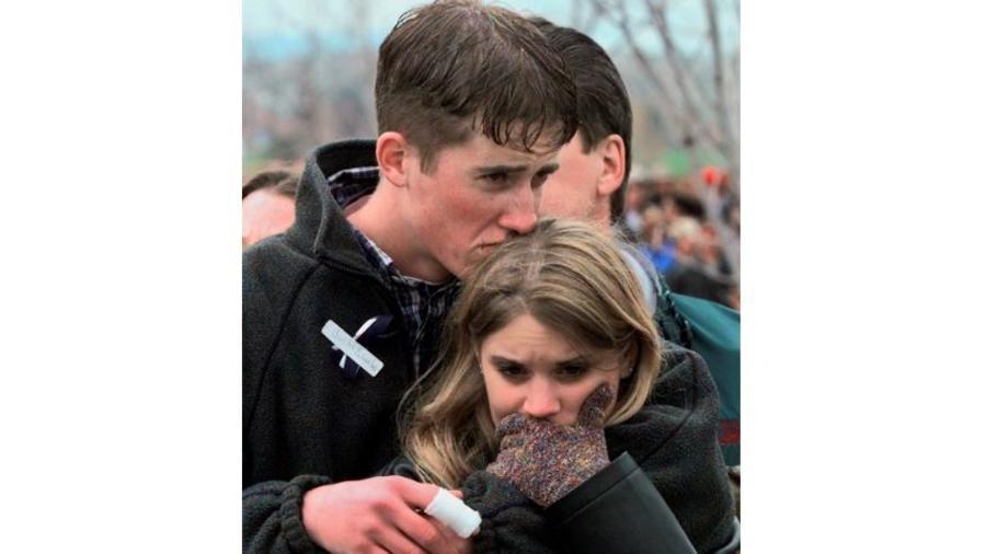 Foto de archivo del 25 de abril de 1999, Austin Eubanks abraza a su novia en un acto conmemorativo a las víctimas en Littleton, Colorado.