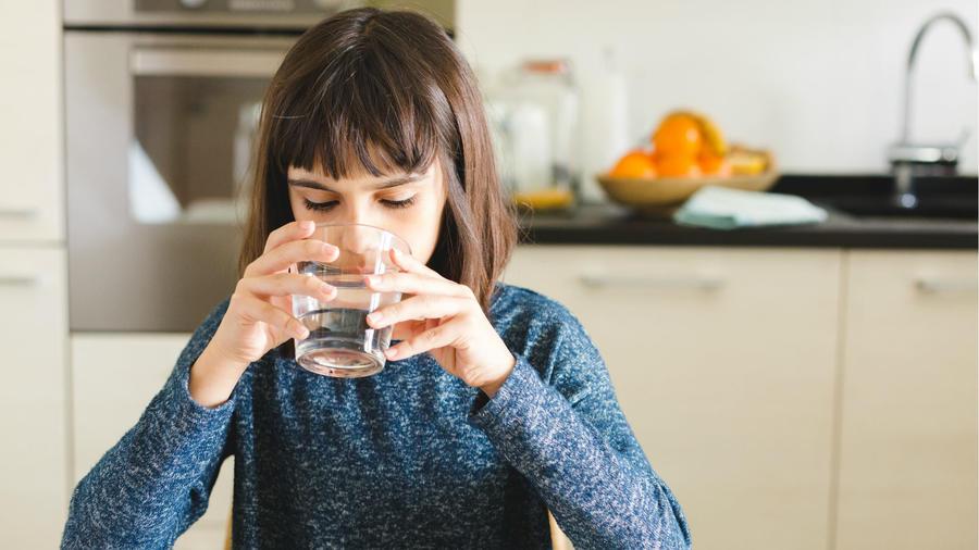 Niña tomando vaso de agua