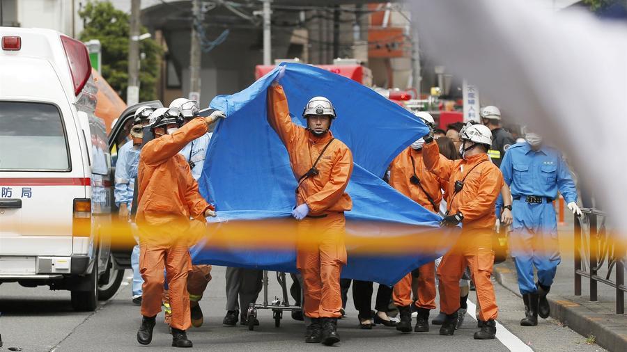 Los equipos de emergencias operan en el sitio donde dieciséis personas resultaron heridas en  Kawasaki, Japón.