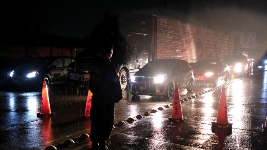 Agentes ordenan el tráfico en San Salvador tras un terremoto que ha sacudido este jueves al país.