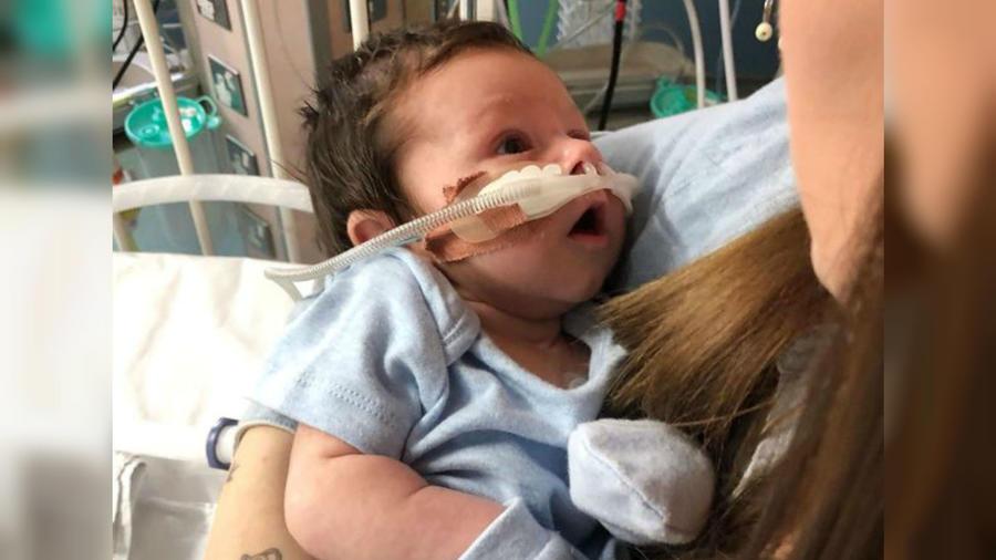 Naomi Smallwood y su bebé Freddie en el hospital
