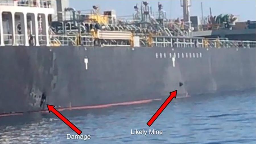 Imagen difundida por el Comando Central de EE.UU muestra los daños y una presunta mina en uno de los barcos atacados ayer en el Golfo de Omán, cerca de la costa de Irán.