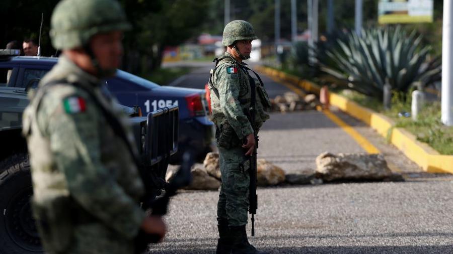 Soldados de la Guardia Nacional dirigen este domingo un puesto de control de inmigración al norte de Comitán, estado de Chiapas.