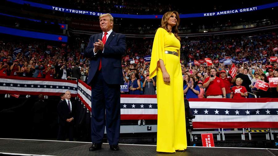 Melania Trump lleva diseño de Ralph Lauren a mitin del presidente