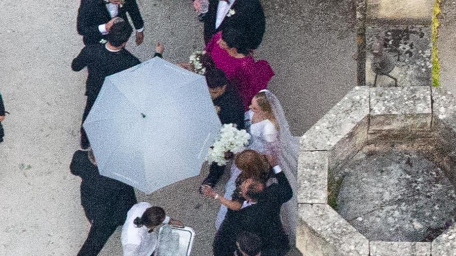 Sophie Turnercon vestido de novia en El Chateau de Tourreau
