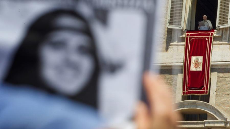 Un manifestante sostiene la imagen de Emanuela Orlandi ante el Papa Benedicto XVI en mayo de 2012.