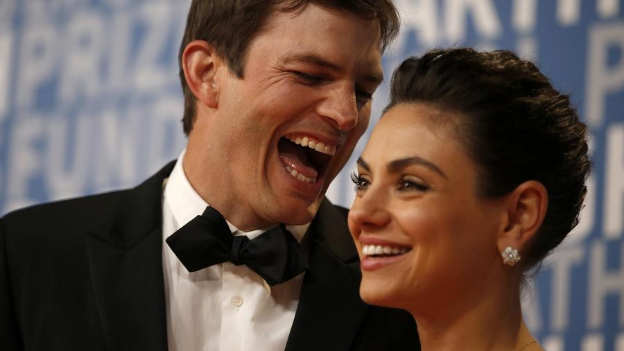 Ashton Kutcher y Mila Kunis en la alfombra roja de los 6tos Breakthrough Prizes