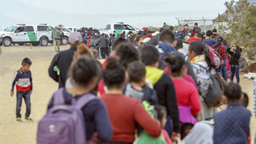 Foto de un grupo de migrantes arrestado en Arizona el 14 de enero de 2019.