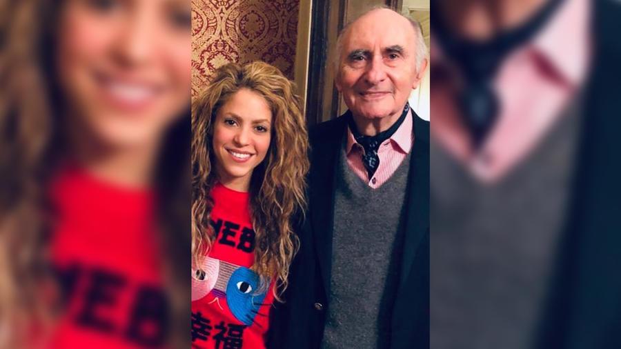 Shakira mostrando una foto de su exsuegro Fernando de la Rúa en julio de 2019