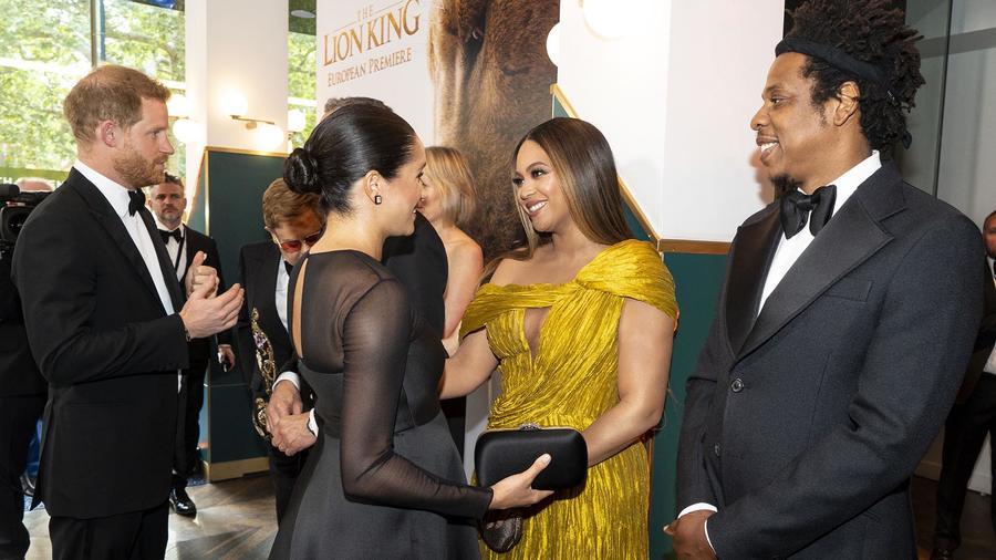Prince Harry y Meghan con Beyoncé y  Jay-Z en la alfombra roja de El Rey León-2