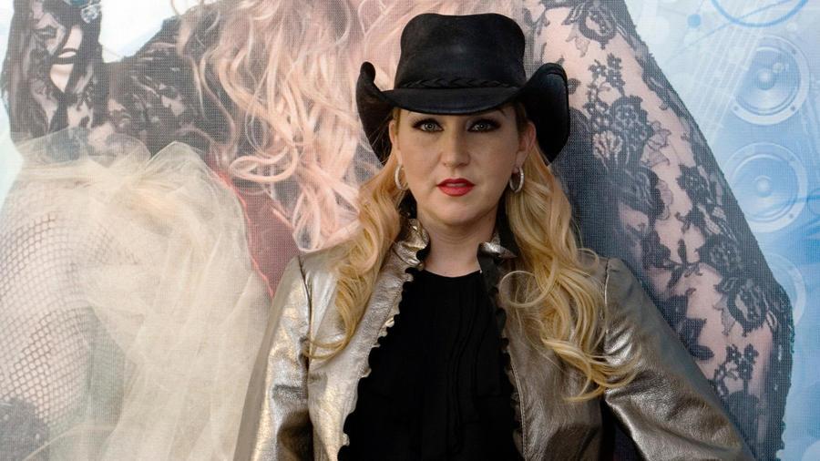 Alicia Villarreal posando con un sombrero
