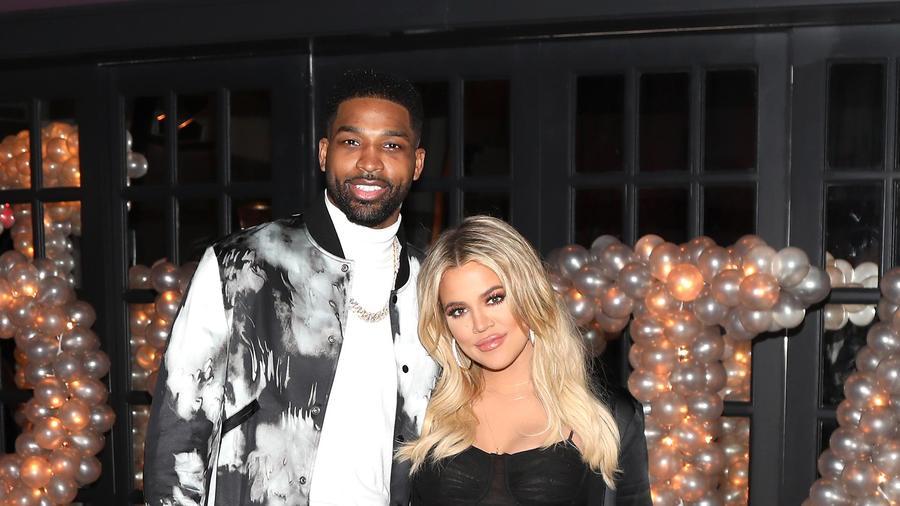 Tristan Thompson y Khloe Kardashian posan para una foto durante el cumpleaños de él