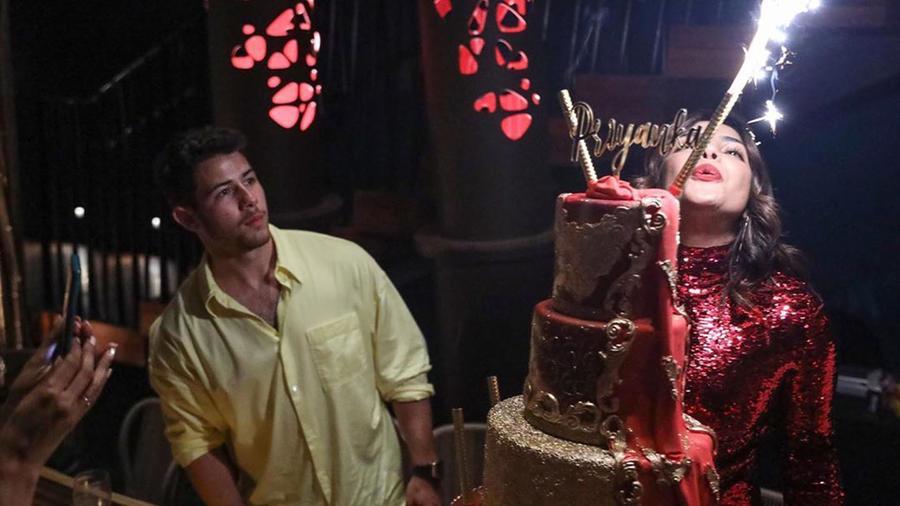Priyanka Chopra con vestido rojo celebrado su cumpleaños