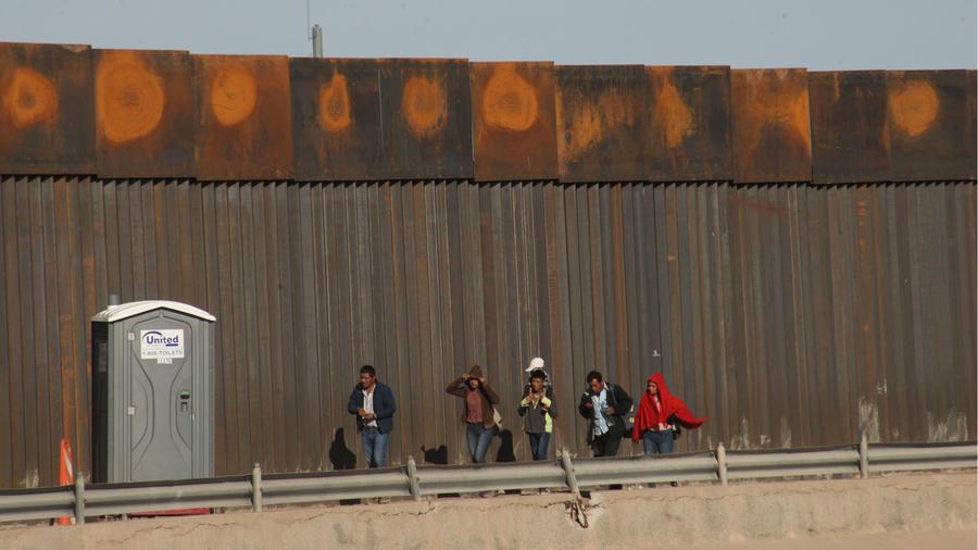 Familia inmigrante en la frontera
