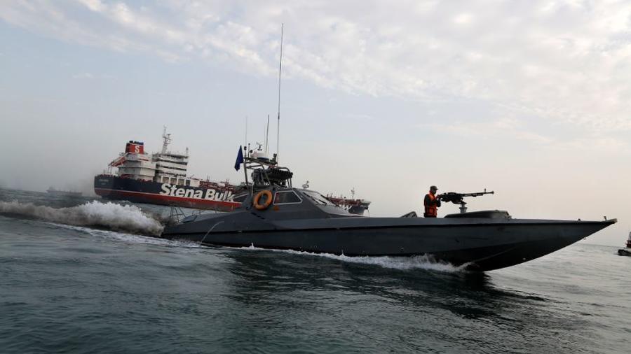 """Una lancha de la Guardia Revolucionaria de Irán cerca del """"Stena Impero"""" un buque británico capturado el viernes."""