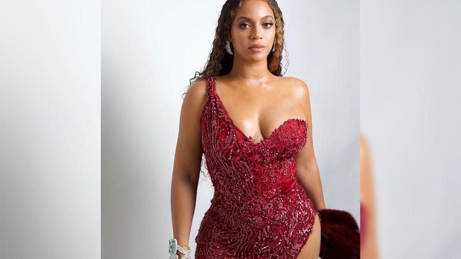Beyoncé usando un vestido rojo Walter Collection color vino