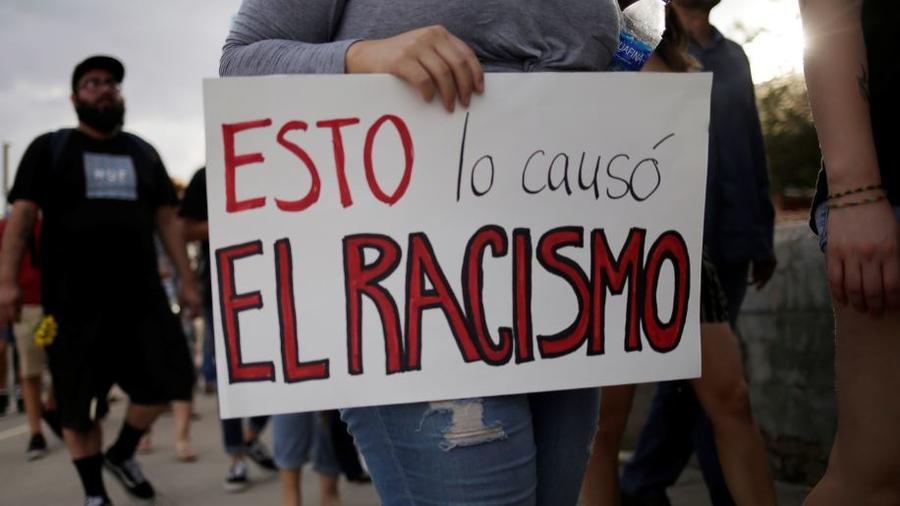 Manifestación contra el odio un día después de un tiroteo masivo en una tienda Walmart, en El Paso, Texas.