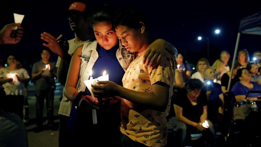 Una vigilia a la luz de las velas este lunes por las víctimas de un tiroteo masivo en un complejo comercial en El Paso, Texas.