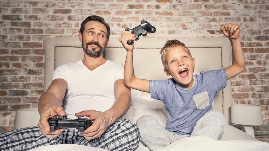 Padre e hijo jugando con videojuegos